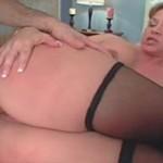 Coroa safada ensinando sexo anal pro novinho