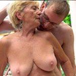 Rapaz fazendo sexo com velha assanhada