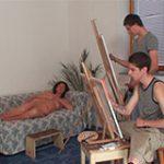 Alunos comendo a professora coroa de pintura