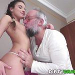 Porno com Velho comendo a Novinha